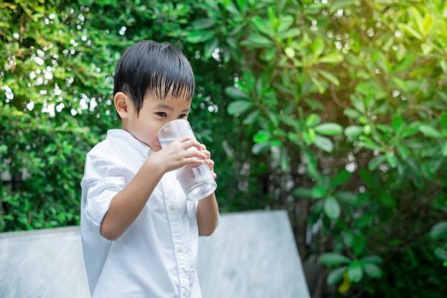 Truyền thuyết về cho trẻ uống nước lạnh gây viêm họng theo lý giải của bác sĩ Trí Đoàn - Ảnh 1.