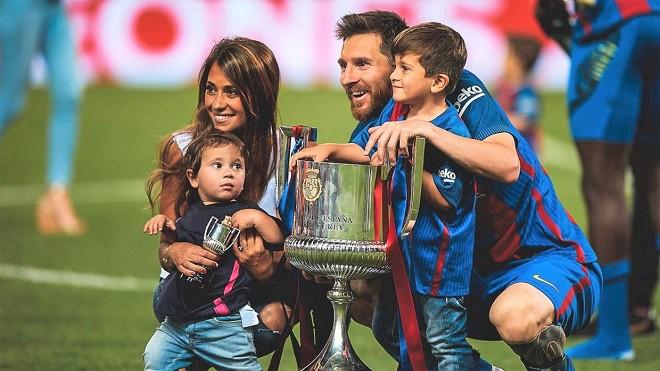 Lionel Messi - chàng cầu thủ biết yêu từ năm... 9 tuổi nhưng từ đó đến nay đã 22 năm chỉ chung thủy với duy nhất một người - Ảnh 14.