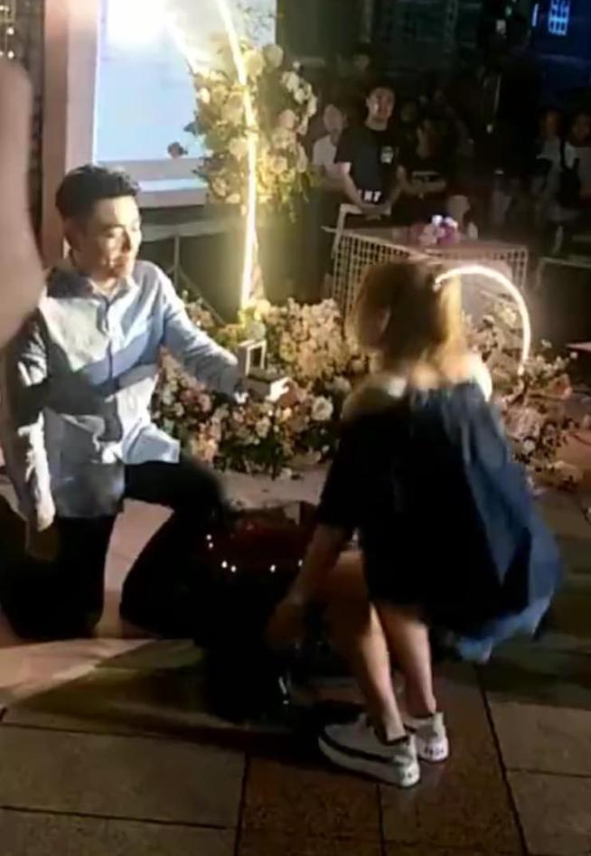 Quỳ gối dâng nhẫn cầu hôn, chàng trai bị cô gái từ chối phũ trước sự chứng kiến của hàng trăm người - Ảnh 2.