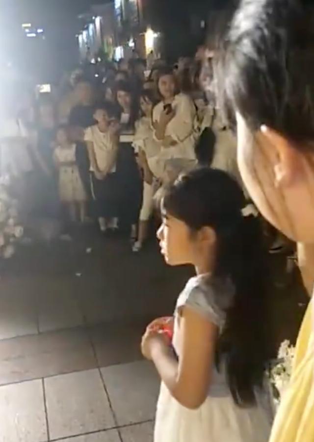 Quỳ gối dâng nhẫn cầu hôn, chàng trai bị cô gái từ chối phũ trước sự chứng kiến của hàng trăm người - Ảnh 3.