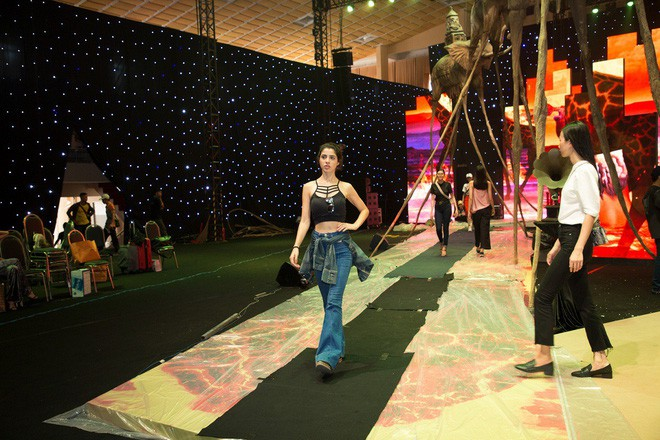 Ngọc Trinh và Hương Giang mải miết tập catwalk trên đôi giày cao 20cm cho show của NTK Đỗ Long - Ảnh 4.