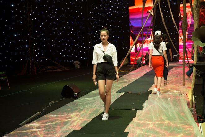 Ngọc Trinh và Hương Giang mải miết tập catwalk trên đôi giày cao 20cm cho show của NTK Đỗ Long - Ảnh 7.