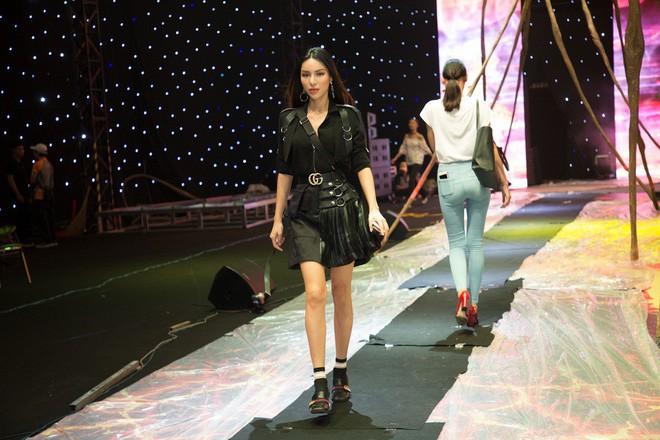Ngọc Trinh và Hương Giang mải miết tập catwalk trên đôi giày cao 20cm cho show của NTK Đỗ Long - Ảnh 10.