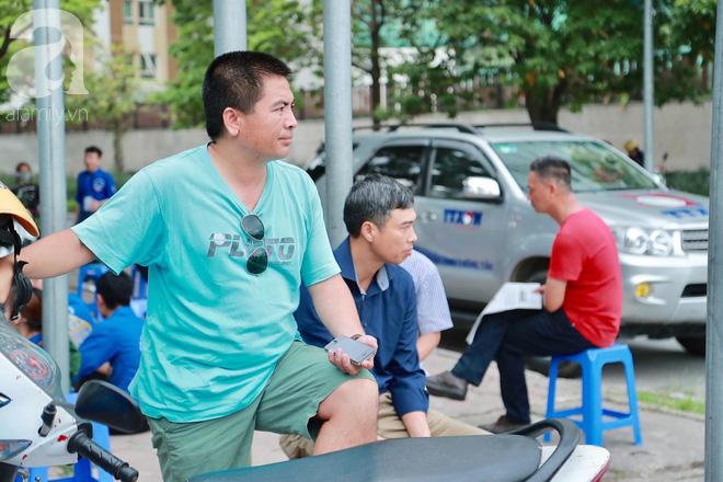 Chùm ảnh: Những ánh mắt lo lắng của cha mẹ ngoài cổng trường thi kỳ thi THPT Quốc gia 2018  - Ảnh 3.