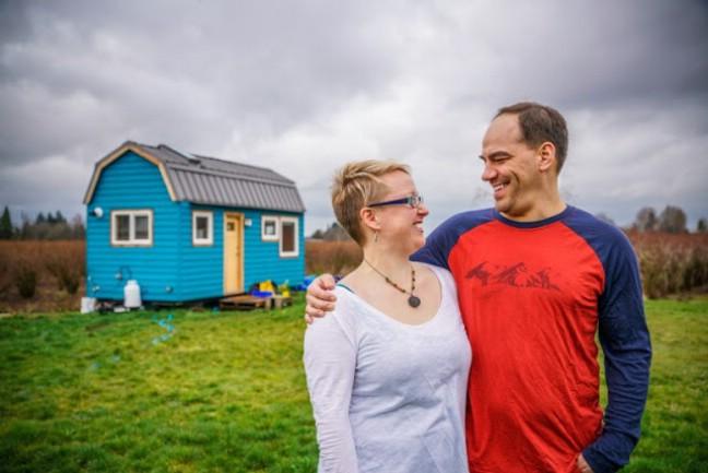 Chán cảnh thuê nhà đắt đỏ, cặp vợ chồng tự xây căn nhà nhỏ xíu nhưng đầy đủ tiện nghi giữa cánh đồng - Ảnh 1.