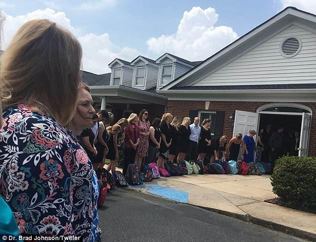 Ước nguyện cuối đời của cô giáo mất vì bệnh ung thư: Thay vì hoa hãy mang những chiếc ba lô đến tang lễ - Ảnh 3.