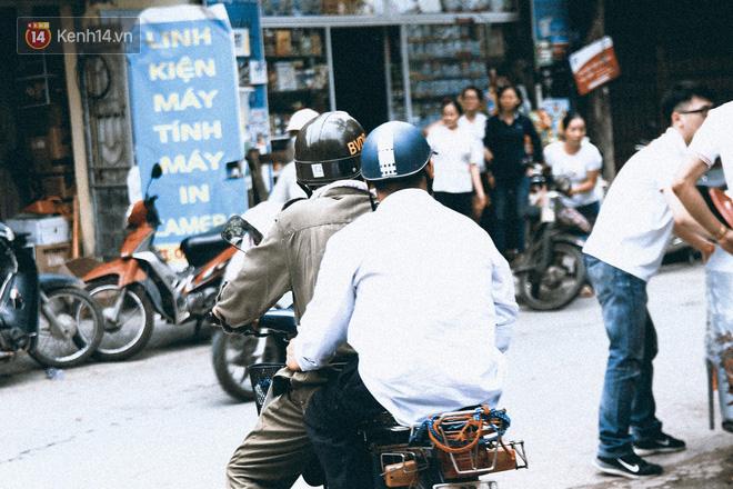 Chuyện người cha già bên chiếc xe lăn chờ con trai thi THPT Quốc Gia: Em nợ bố nhiều lắm - ảnh 11