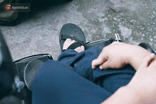Chuyện người cha già bên chiếc xe lăn chờ con trai thi THPT Quốc Gia: Em nợ bố nhiều lắm - ảnh 4