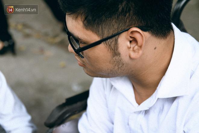 Chuyện người cha già bên chiếc xe lăn chờ con trai thi THPT Quốc Gia: Em nợ bố nhiều lắm - ảnh 5