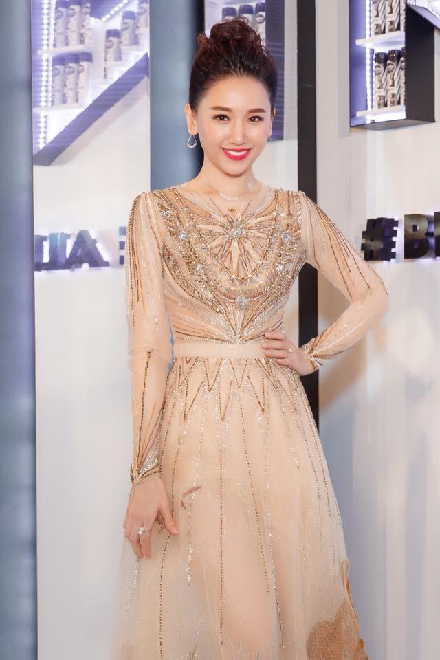 Mặc váy đẹp, trang điểm xinh nhưng Hari Won lại khác lạ với chiếc mũi cao thon bất ngờ