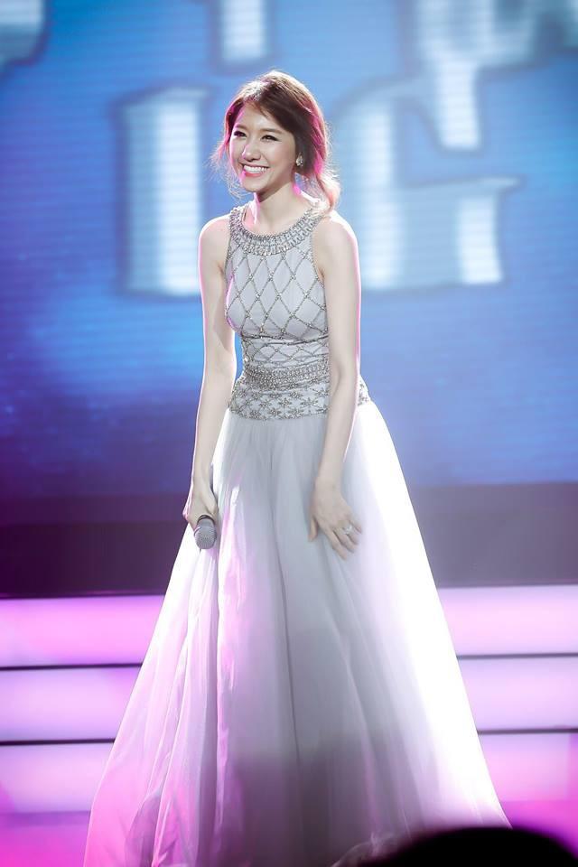Mặc váy đẹp, trang điểm xinh nhưng Hari Won lại khác lạ với chiếc mũi cao thon bất ngờ - Ảnh 12.