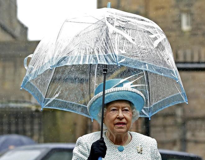 Tỉ mỉ như nữ hoàng Anh: đến chiếc ô nhỏ cũng phải ăn rơ với cả bộ trang phục - Ảnh 2.