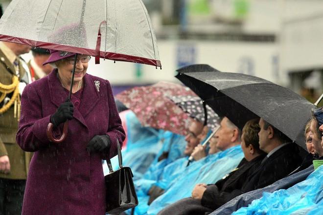 Tỉ mỉ như nữ hoàng Anh: đến chiếc ô nhỏ cũng phải ăn rơ với cả bộ trang phục - Ảnh 3.