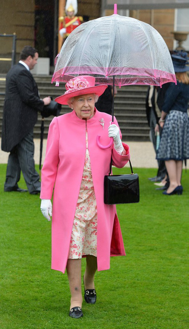 Tỉ mỉ như nữ hoàng Anh: đến chiếc ô nhỏ cũng phải ăn rơ với cả bộ trang phục - Ảnh 4.