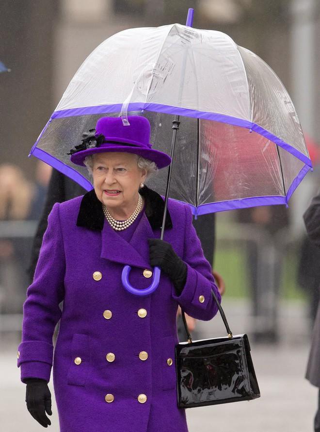 Tỉ mỉ như nữ hoàng Anh: đến chiếc ô nhỏ cũng phải ăn rơ với cả bộ trang phục - Ảnh 5.