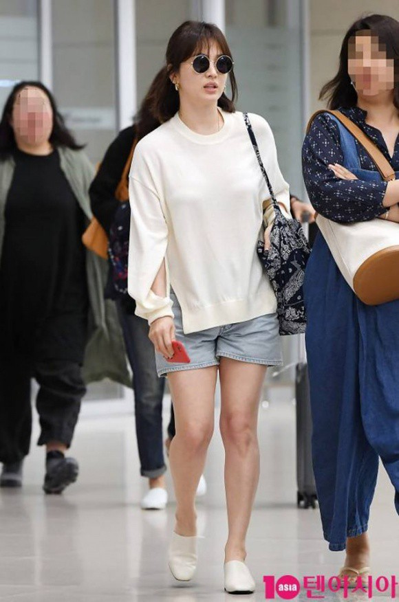 Chỉ vì chi tiết lồ lộ này mà thời trang sân bay của Song Hye Kyo bỗng tụt nửa phần sang trọng - Ảnh 1.