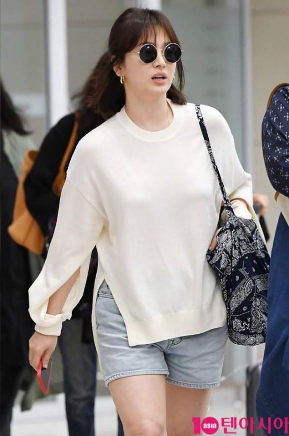 Chỉ vì chi tiết lồ lộ này mà thời trang sân bay của Song Hye Kyo bỗng tụt nửa phần sang trọng - Ảnh 3.