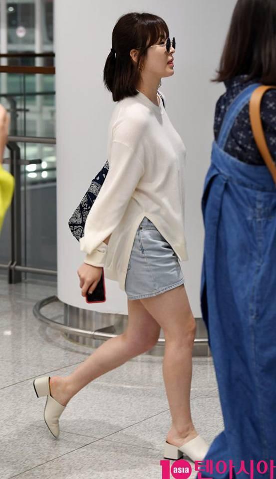 Chỉ vì chi tiết lồ lộ này mà thời trang sân bay của Song Hye Kyo bỗng tụt nửa phần sang trọng - Ảnh 4.