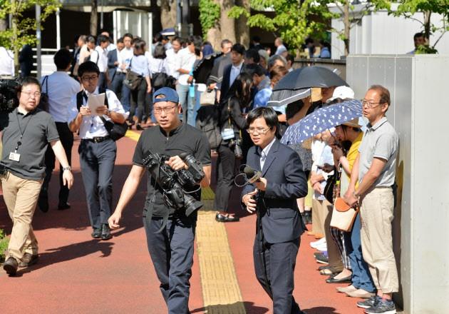 Hơn 400 người xếp hàng lấy số dự phiên tòa xét xử, người Nhật bức xúc trước tội ác của Shibuya - Ảnh 1.