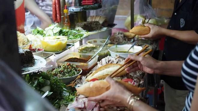 Bánh mỳ Hội An lên truyền hình Mỹ và những hình ảnh không thể nào quên khi đầu bếp Anthony Bourdain đưa ẩm thực Việt Nam đến gần hơn với thế giới - Ảnh 4.