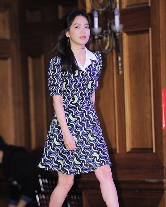 Sau bao nhiêu năm, Song Hye Kyo vẫn cứ mải miết diện một kiểu váy đơn giản - Ảnh 5.