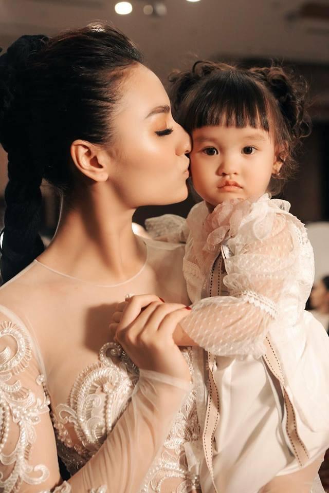 Hồng Quế bức xúc vì con gái 2 tuổi bị vạ lây sau phát ngôn của cô về vụ việc Hoa hậu Hương Giang - ảnh 1