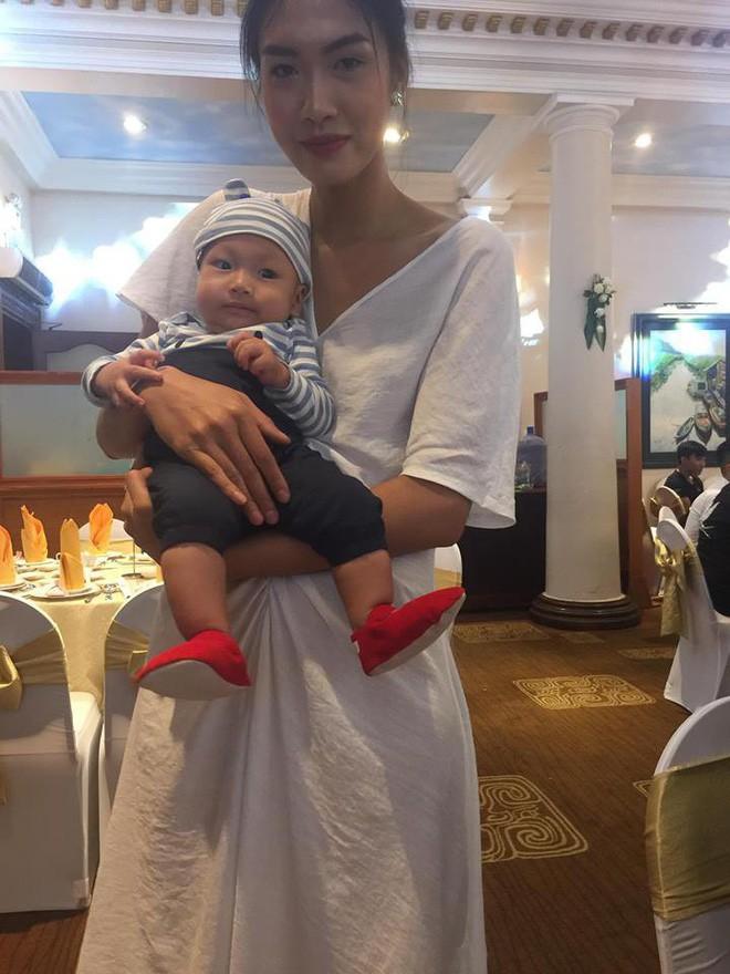Hình ảnh người mẫu Nguyễn Hợp tranh thủ vén váy cô dâu cho con bú trong ngày cưới của chính mình gây xúc động - ảnh 3