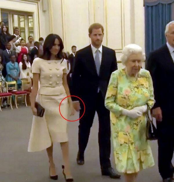 Khoảnh khắc Meghan cố gắng nắm lấy tay chồng bị chỉ trích vì phá vỡ quy tắc hoàng gia - ảnh 1