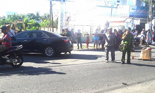 Lùi ô tô bất cẩn khiến 2 cháu bé tử vong, nữ tài xế bỏ đi khỏi hiện trường - ảnh 2