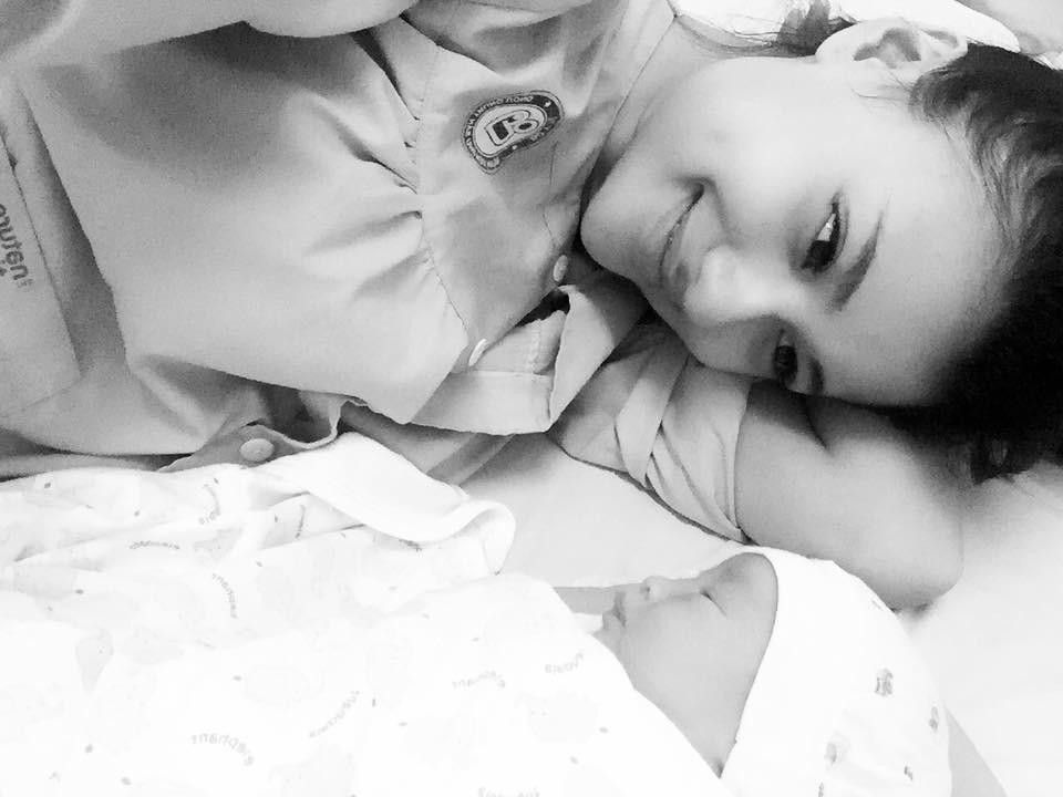 Người mẫu Hồng Quế: Bác sĩ dặn không khóc mà vẫn rơi nước mắt khi lần đầu thấy con, bước đi đầu tiên sau sinh là mẹ đẻ dìu dắt - Ảnh 4.
