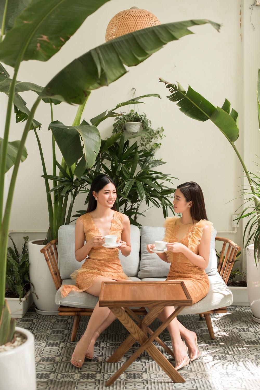 Hoa hậu Mỹ Linh, Á hậu Thanh Tú đốn gục trái tim mọi chàng trai với bộ ảnh ngọt ngào, nữ tính - Ảnh 1.