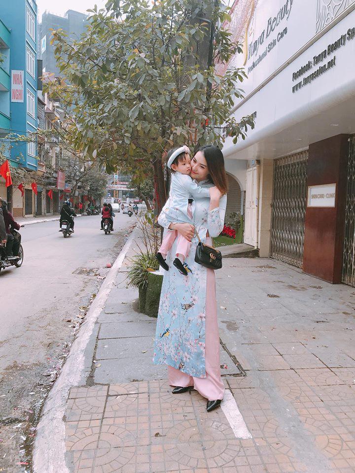 Người mẫu Hồng Quế: Bác sĩ dặn không khóc mà vẫn rơi nước mắt khi lần đầu thấy con, bước đi đầu tiên sau sinh là mẹ đẻ dìu dắt - Ảnh 8.