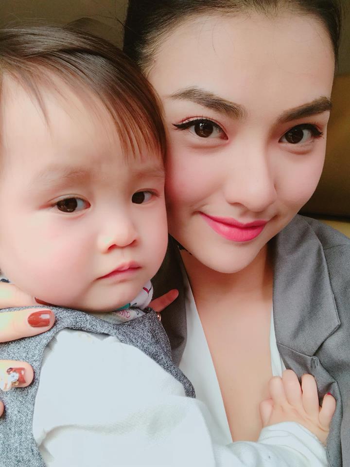 Người mẫu Hồng Quế: Bác sĩ dặn không khóc mà vẫn rơi nước mắt khi lần đầu thấy con, bước đi đầu tiên sau sinh là mẹ đẻ dìu dắt - Ảnh 9.