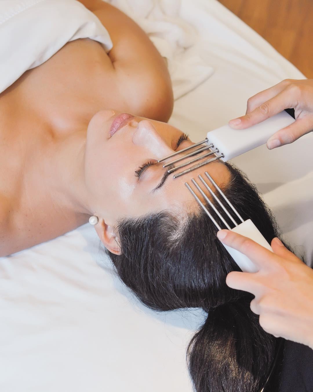 Phương pháp massage mặt bằng dòng điện này sẽ giúp làn da khỏe đẹp bất chấp tuổi tác - Ảnh 1.