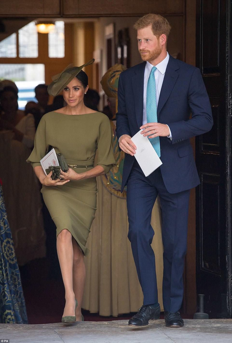 Dù đi bên cạnh mẹ chồng, Meghan vẫn được Hoàng tử Harry lặng lẽ nắm chặt tay khiến dân tình phát hờn - Ảnh 1.