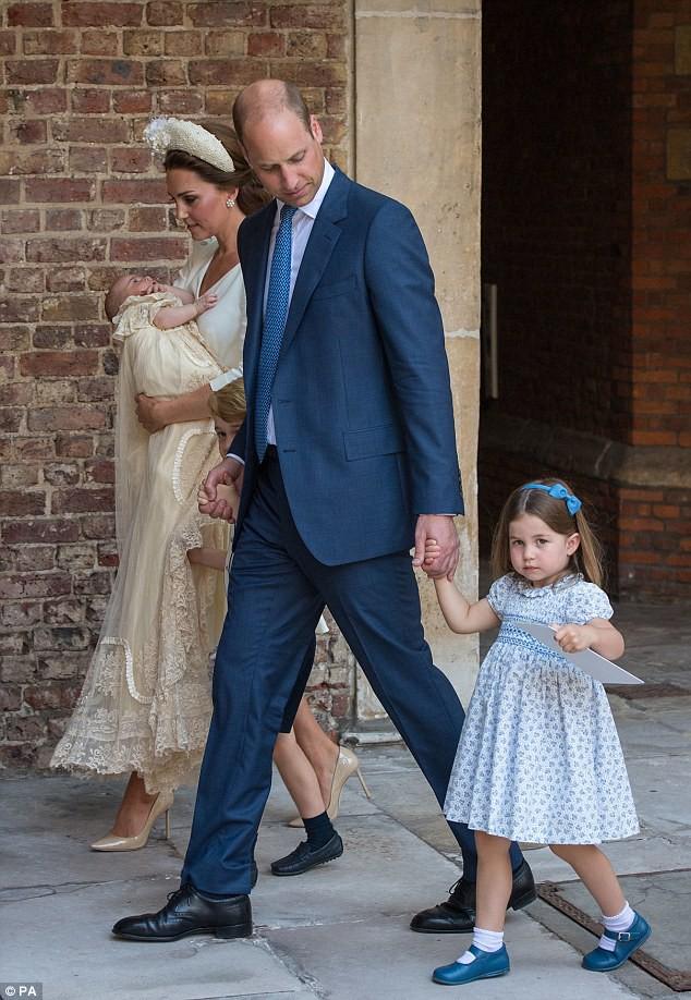 Công chúa Charlotte gây sốt khi nghiêm mặt nhắc nhở phóng viên và cái bắt tay đầy tự tin trong lễ rửa tội của em trai  - Ảnh 5.