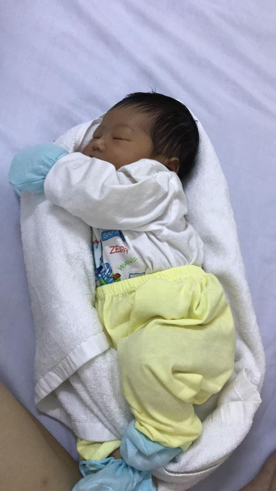 Y tá chỉ cách dùng khăn quấn làm ổ giúp bé sơ sinh ngủ... tít thò lò trong clip gần 3 triệu view - Ảnh 2.