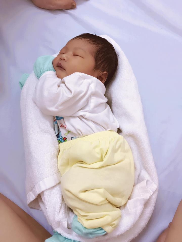 Y tá chỉ cách dùng khăn quấn làm ổ giúp bé sơ sinh ngủ... tít thò lò trong clip gần 3 triệu view - Ảnh 3.