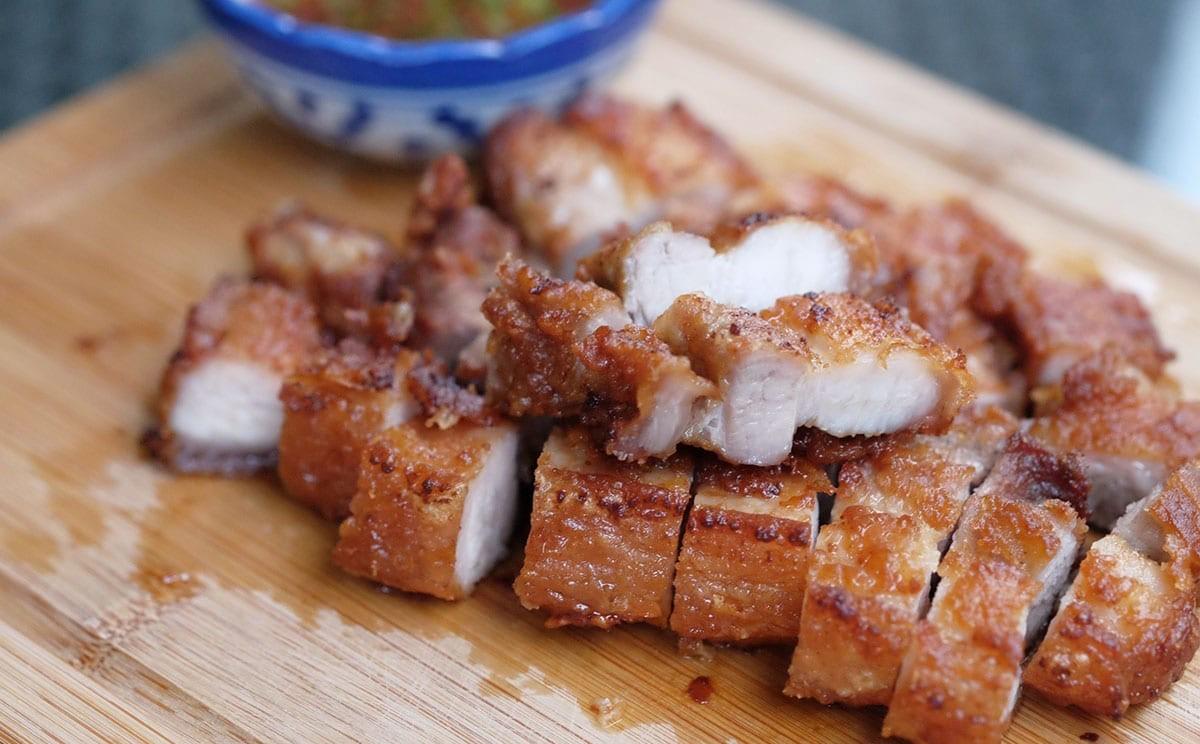 Người Thái làm thịt heo áp chảo vừa nhanh vừa ngon tới không ngờ - Ảnh 7.