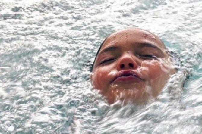 Thêm 1 vụ đuối nước xảy ra ngay tại bể bơi khi cậu bé 5 tuổi đi bơi cùng bố - Ảnh 3.