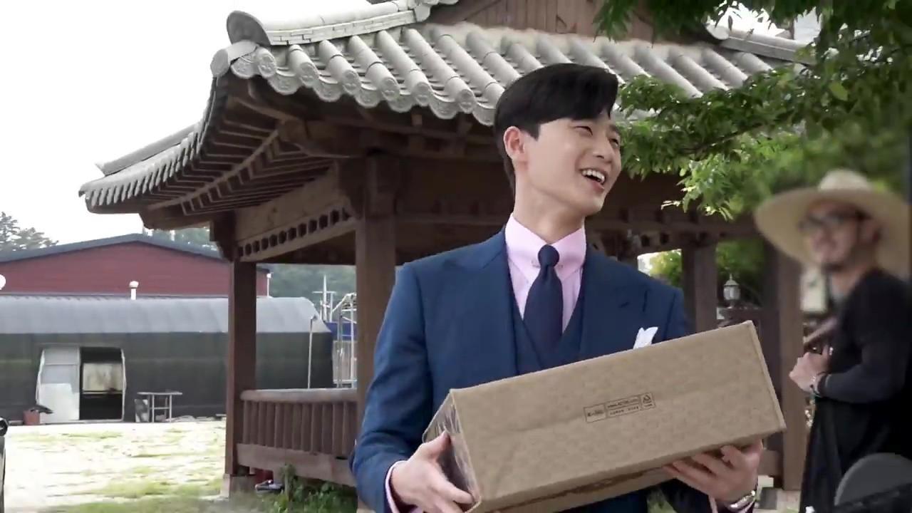 Hậu trường Thư Ký Kim: Quá bất ngờ với thứ đựng trong hộp quà Park Seo Joon mang ra đảo - Ảnh 5.