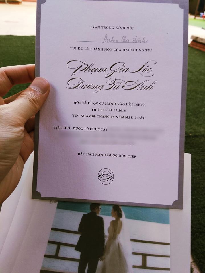 Hé lộ hình ảnh thiệp cưới kèm thông tin chi tiết về đám cưới của Á hậu Tú Anh và hôn phu điển trai  - Ảnh 1.