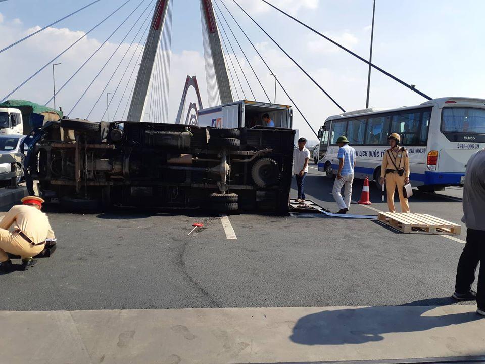 Hà Nội: Xe tải bất ngờ lật nghiêng chắn ngang trên cầu Nhật Tân - Ảnh 2.
