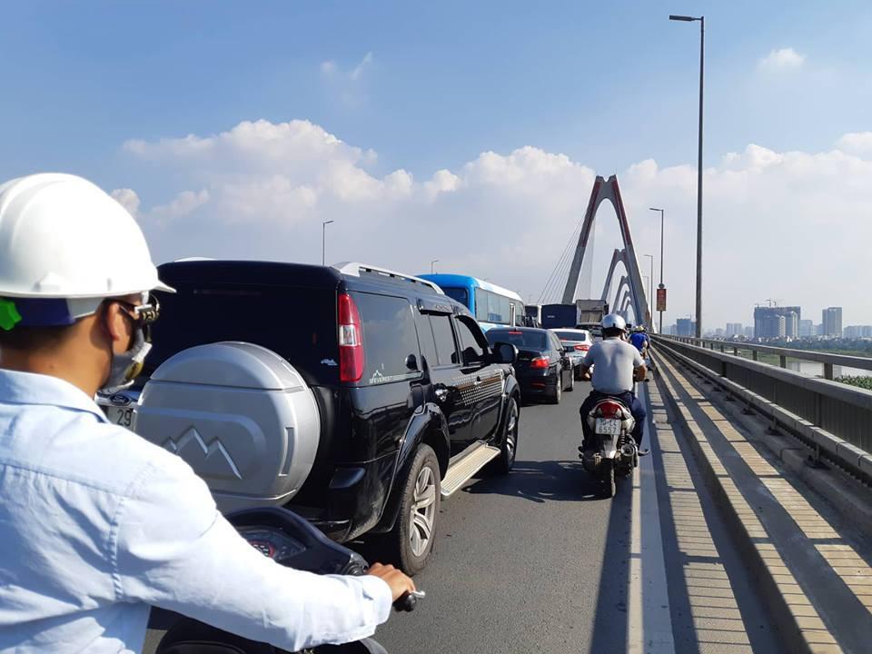 Hà Nội: Xe tải bất ngờ lật nghiêng chắn ngang trên cầu Nhật Tân - Ảnh 4.