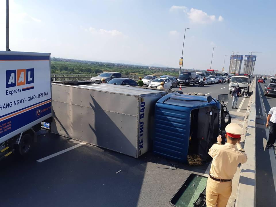 Hà Nội: Xe tải bất ngờ lật nghiêng chắn ngang trên cầu Nhật Tân - Ảnh 5.