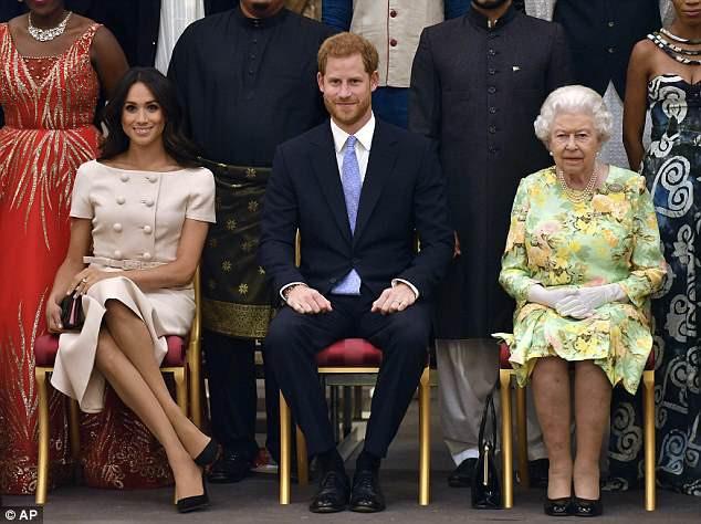 Meghan tiếp tục kiểu ngồi vắt chéo chân, Công nương Kate được khen có tư thế hoàn hảo - Ảnh 3.