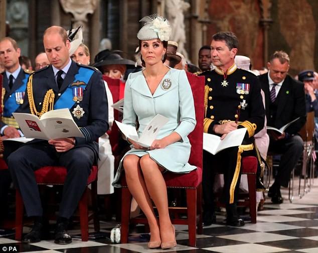 Meghan tiếp tục kiểu ngồi vắt chéo chân, Công nương Kate được khen có tư thế hoàn hảo - Ảnh 5.
