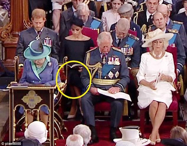Meghan tiếp tục kiểu ngồi vắt chéo chân, Công nương Kate được khen có tư thế hoàn hảo - Ảnh 2.
