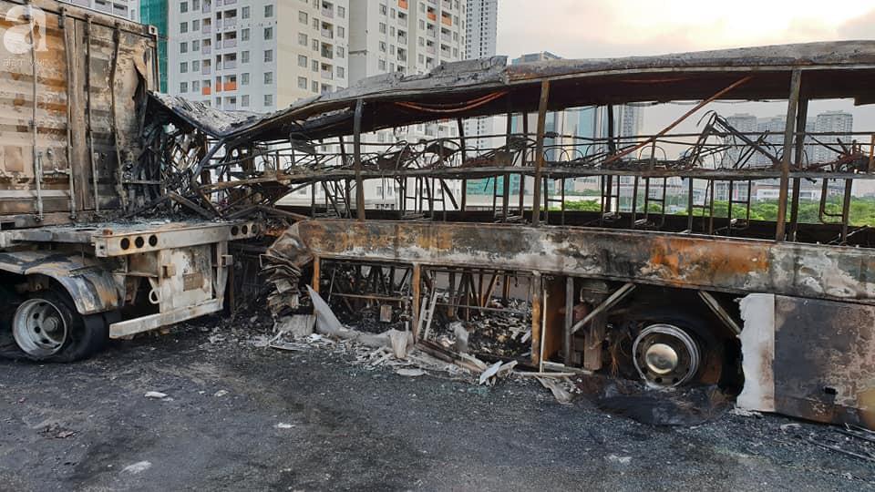 Người nhà khóc ngất đón thi thể người phụ nữ mang bầu 6 tháng tử vong trong vụ cháy xe khách ở Hà Nội - Ảnh 2.