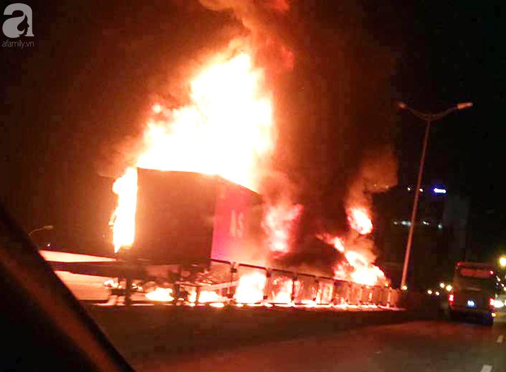 Người nhà khóc ngất đón thi thể người phụ nữ mang bầu 6 tháng tử vong trong vụ cháy xe khách ở Hà Nội - Ảnh 1.